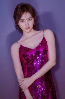 景甜倪妮吊带亮片裙PK谁更美?一个性感...