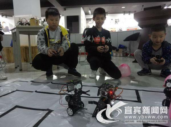 机器人趣味互动体验。(宜宾新闻网赵雪松摄)
