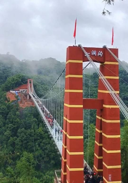 七洞沟景区在国庆期间推出的玻璃桥项目