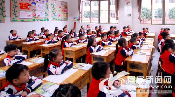 升级了青少年视觉保护照明设备的教室。(宜宾新闻网 陈忆 摄)