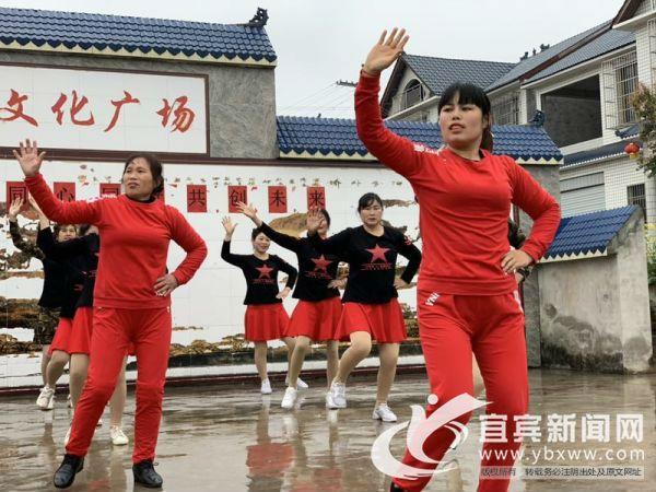 村民们在文化广场跳坝坝舞。(宜宾新闻网 方勇 摄)