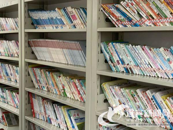 村上图书阅览室存放着各类图书共村民阅读。(宜宾新闻网 方勇 摄)