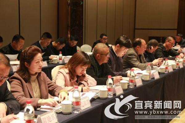 与会企业家听取相关民营企业对促进民营经济高质量发展的意见建议。(宜宾新闻网 方勇 摄)