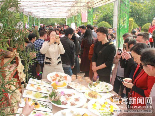美食吸引着众多市民驻足欣赏。(宜宾新闻网 方勇 摄)