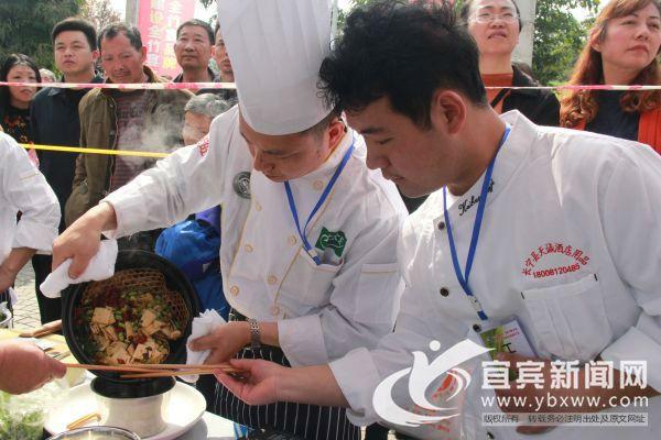 来自长宁各饭店的厨师们大展身手。(宜宾新闻网 方勇 摄)