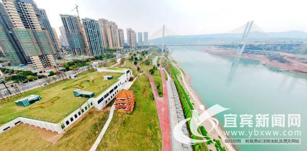 长江公园除供市民游憩、亲水、骑行、休闲以外,还建设了足球场、篮球场、网球场等运动场,满足群众各类健身需求,提升群众幸福指数。(宜宾新闻网 陈忆 摄)