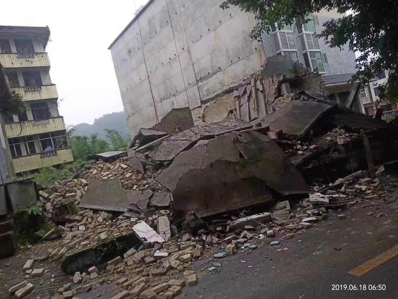 长宁县双河镇垮塌的房屋。 受访者供图